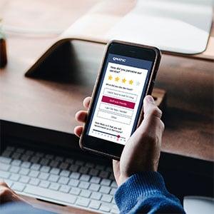 smartphone con l'applicazione di feedback dei clienti