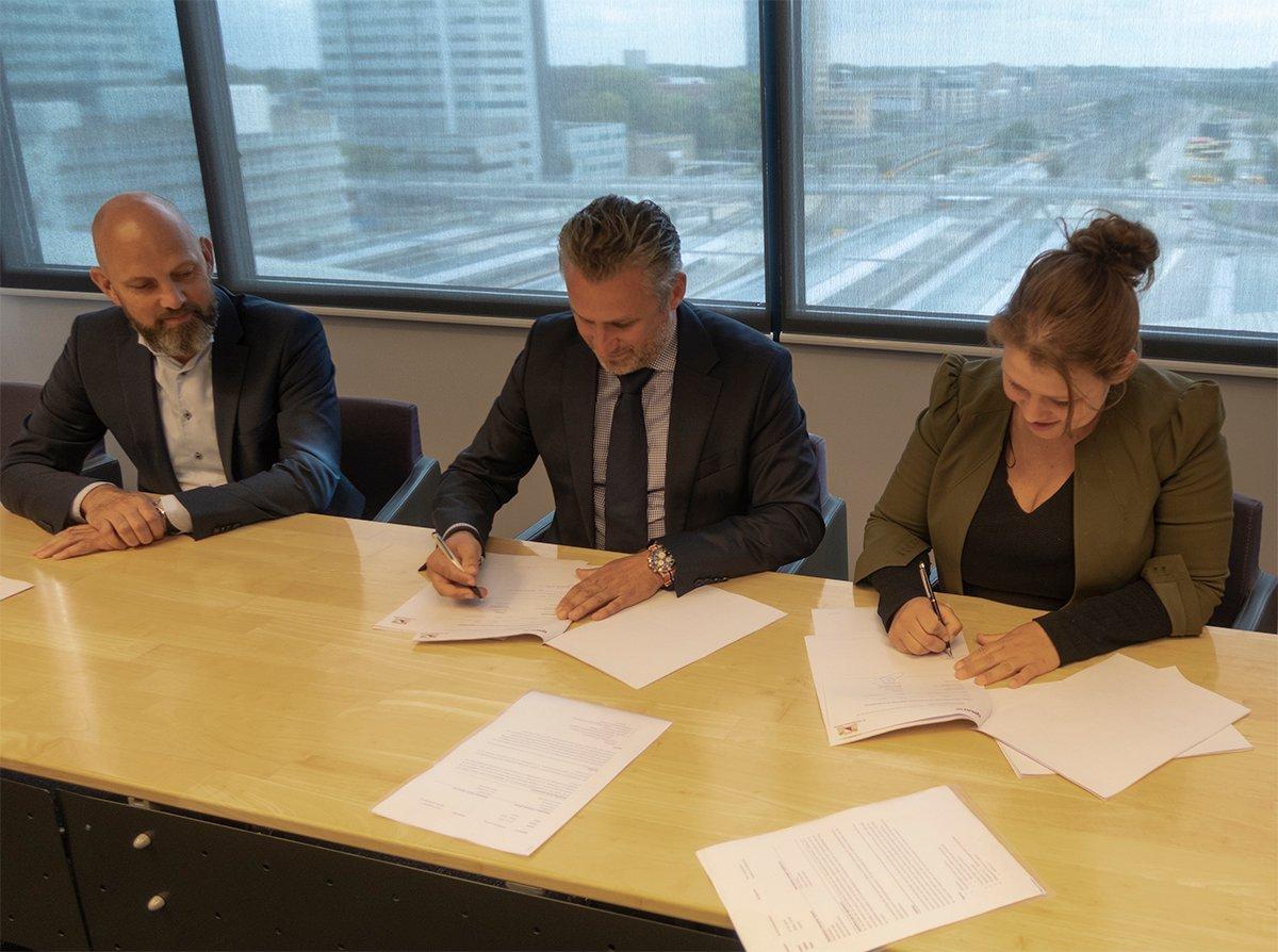 Signature du contrat : Qmatic et la ville d'Utrecht.